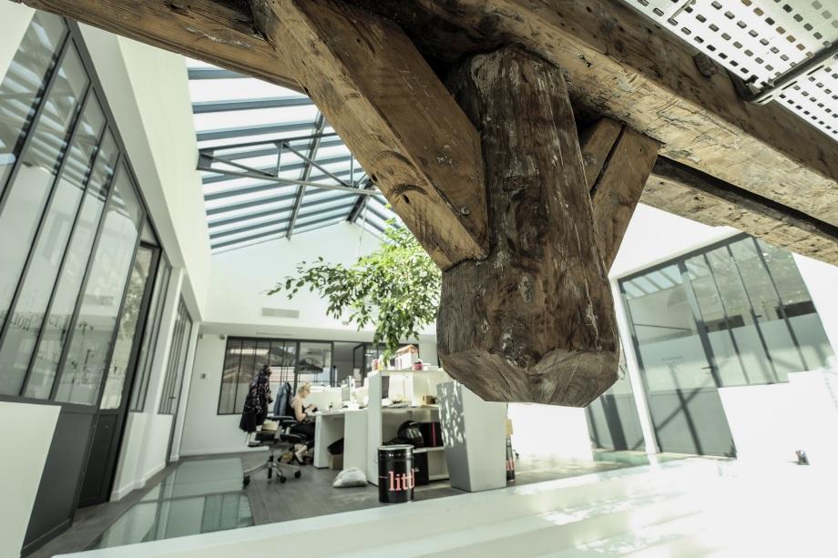 bureaux à l'honneur : little agency détail sur une poutre en bois
