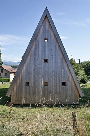 plus belles maisons : Maison près du sapin vue de l'arrière