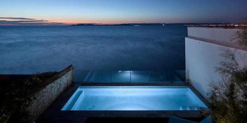 plus belles maisons : Cabanon en front de mer vue de la piscine