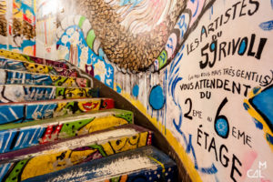 59 Rivoli : cage d'escalier annonçant les artistes fous mais ge