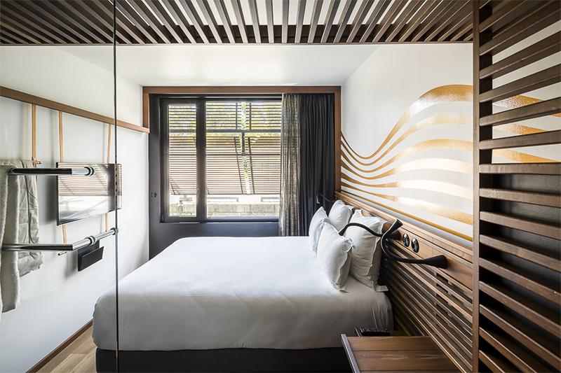 Chambre avec mobilier bois, décoration murale ondulante