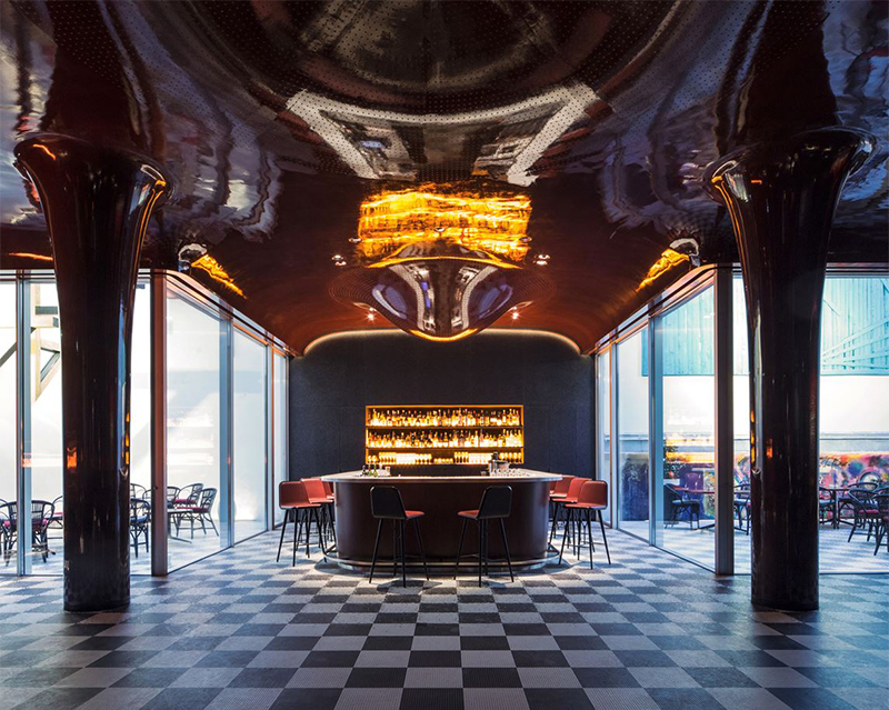 Bar au plafond travaillé et luxueux