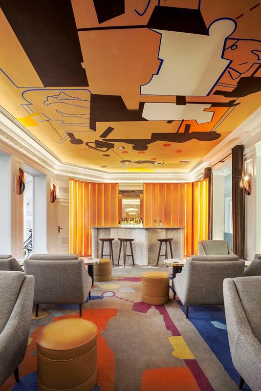 Bar dont le sol et le plafond sont traités comme des oeuvres d'art colorées