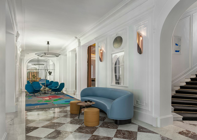 Couloir avec sol en marbre et moulures + mobilier design moderne