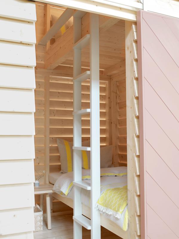Vue intérieure d'une cabane à mezzanine