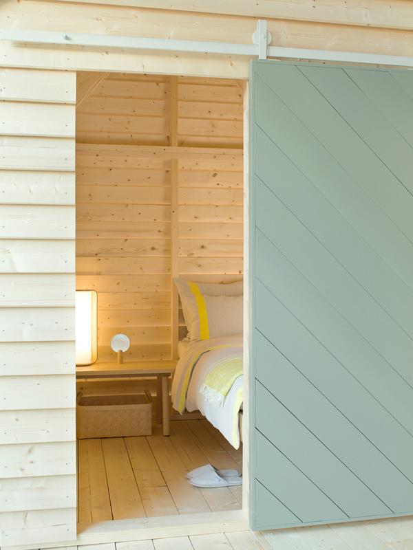 Porte coulissante à l'entrée d'une cabane, design minimaliste