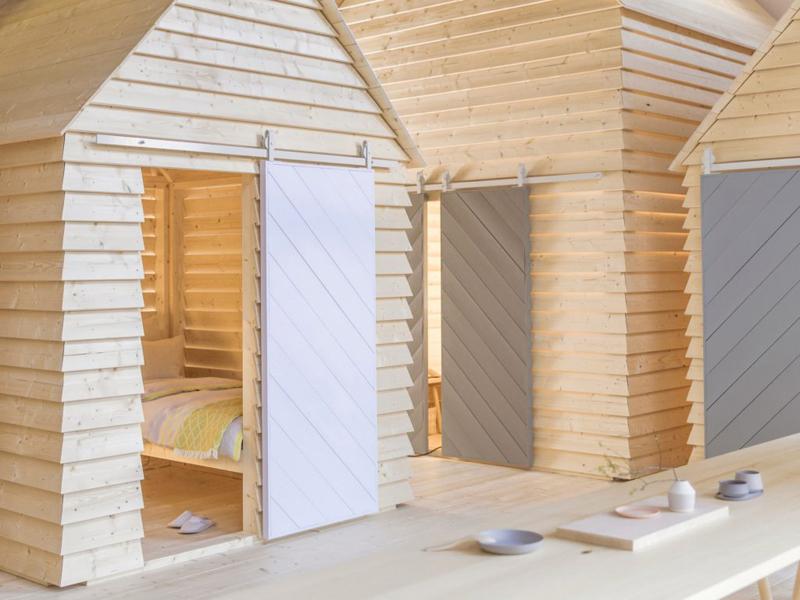 Trois cabanes juxtaposées comme un petit village