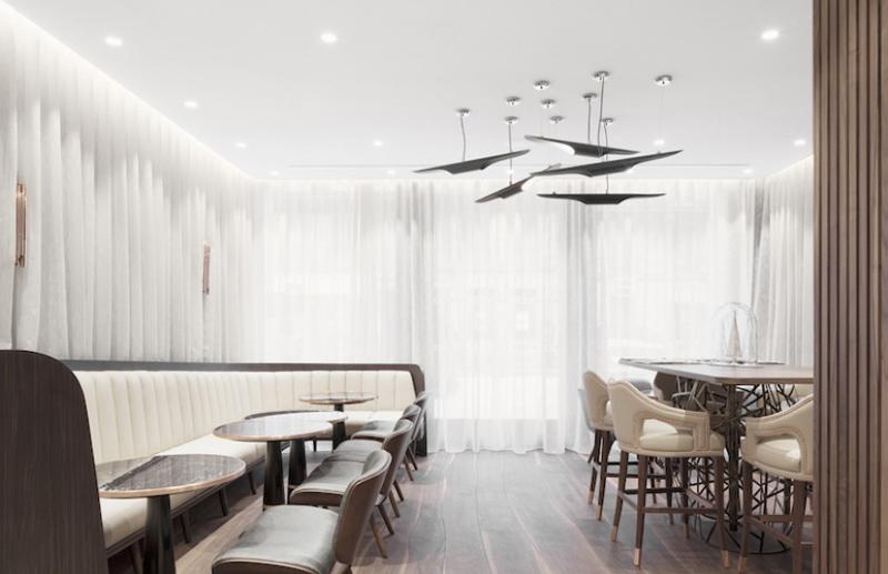 Restaurant en blanc et bois foncé : élégance et sobriété