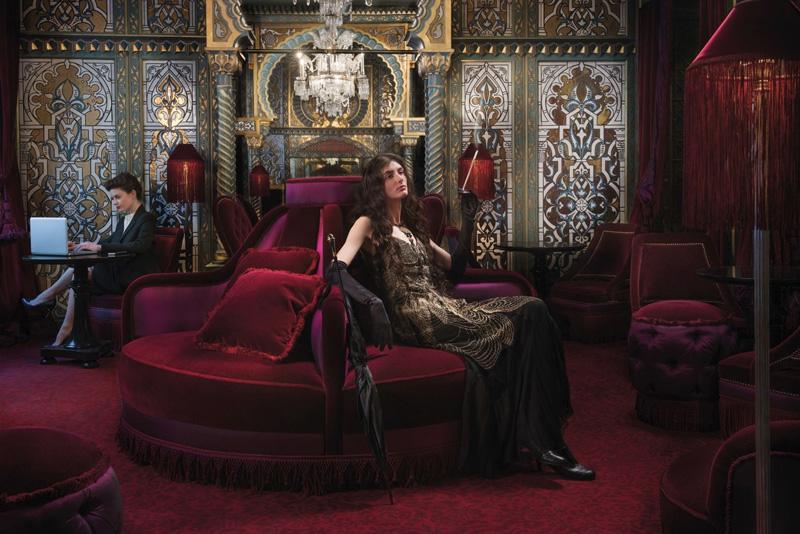Salon élégant et luxueux dans les tons rouges