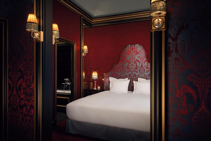 Chambre luxueuse dans les tons rouges
